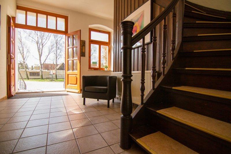 Haustür, Flur und Treppenhaus