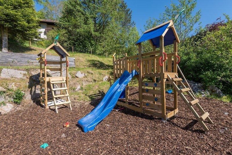 Privater Kinderspielplatz mit Rutsche Schaukel Sandkasten und Spieltürmen