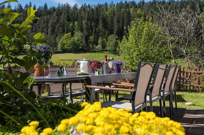 Sitzplatz mit Schwarzwaldblick und Grill für das Sommer BBQ