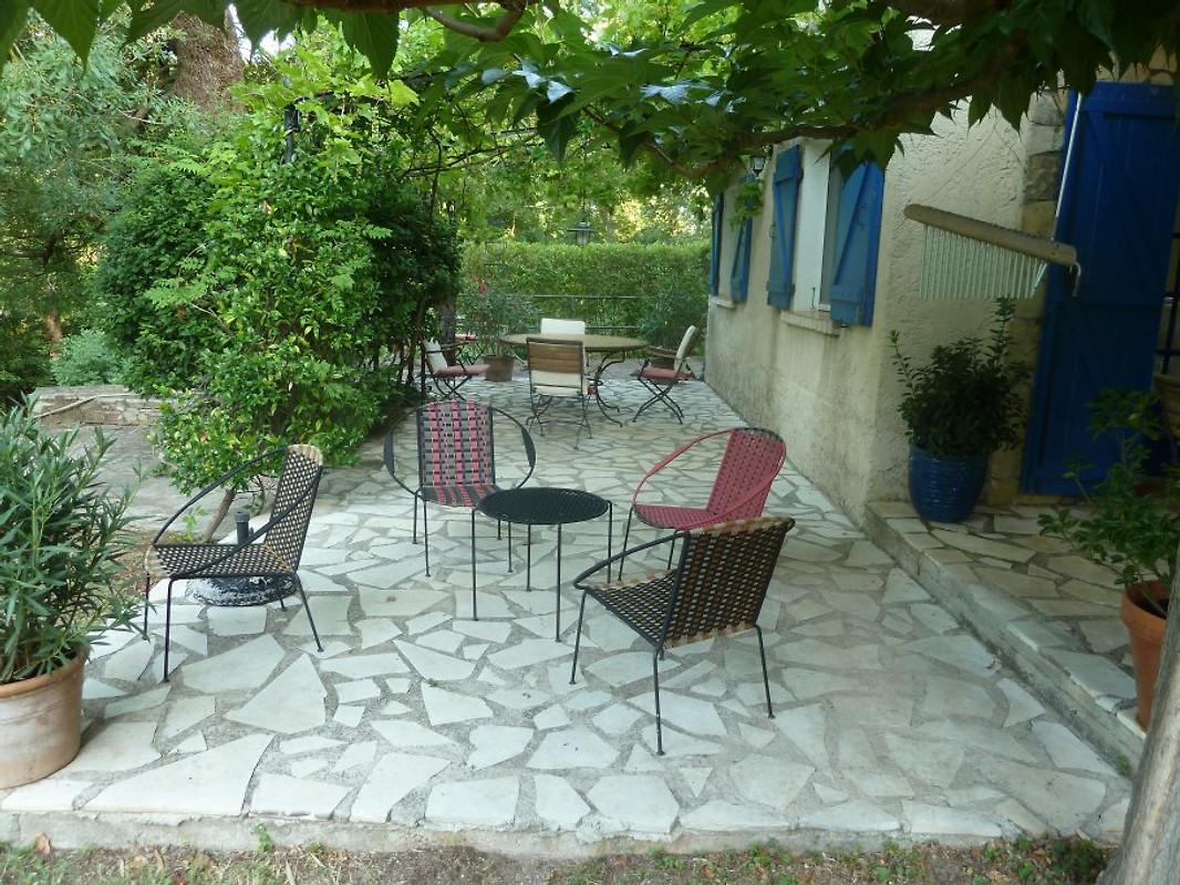 La lonne marouine vakantiehuis in entrecasteaux huren - Smeedijzeren pergolas voor terras ...