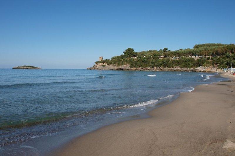 Die feindsandige Calanca Bucht, direkt unter dem Villaggio mit Isola und Sarazener Turm