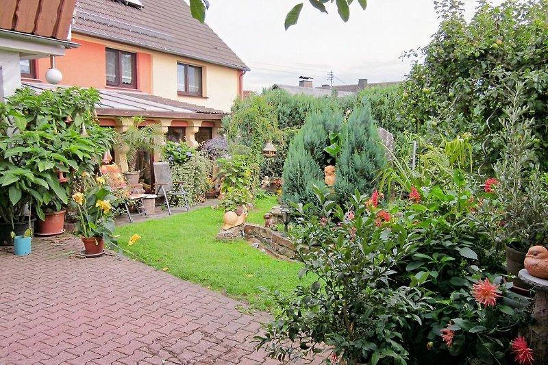 FeWo Garten im Sommer