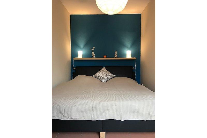 Schlafzimmer für 2 mit Bett und Schrank