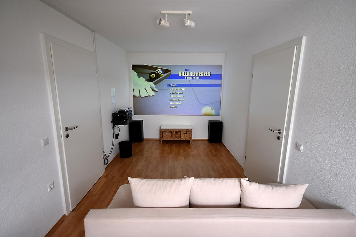 Schlafzimmer. Der Heimkinoraum Mit Projektor