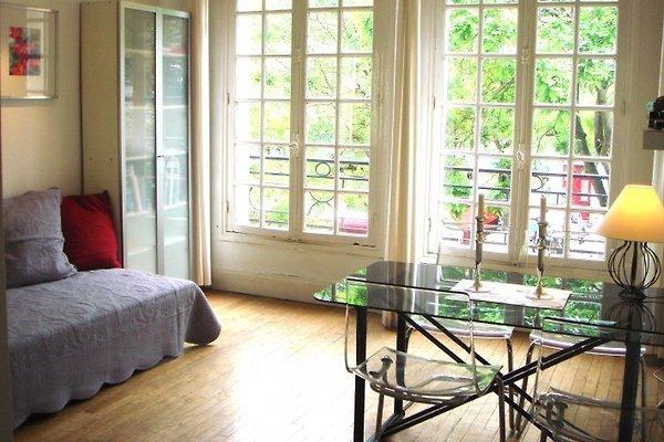 gemütliches Wohnzimmer mit Traumblick auf Sacre Coeur und Place du Tertre