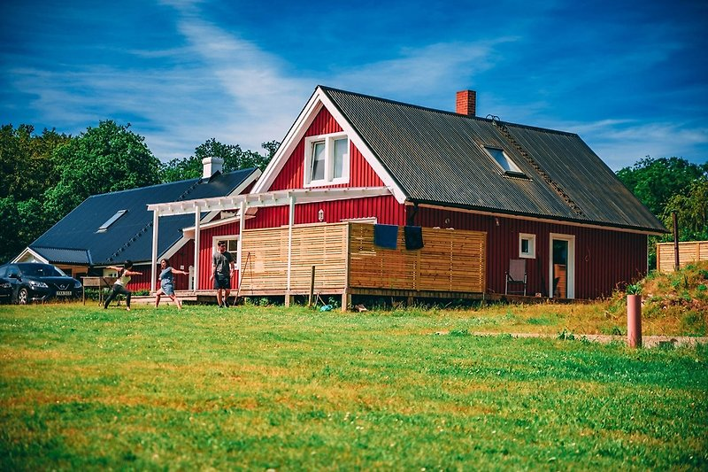 grosse Rasenfläche direkt vorm Haus