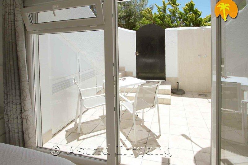 15 m2 Südterrasse, mit Sonnenliege und Gartendusche warm/kalt - die Wohnung ist im Grünen gelegen - mehr auf unserer eigenen Seite...