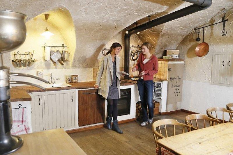 Die besten Partys finden immer in der Küche statt.  In der Küche, mit ihrem urigen aus dem 15 Jahrhundert stammenden gotischen Gewölbe,  dem 2,5 Meter langen Esstisch und der Eckbank aus Altholz sind gemütliche Abende und Feierlichkeiten gesichert.