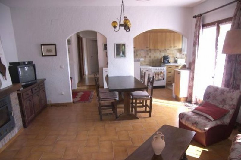 Das gemütliche Wohnzimmer. Im Hintergrund die offene Küche.