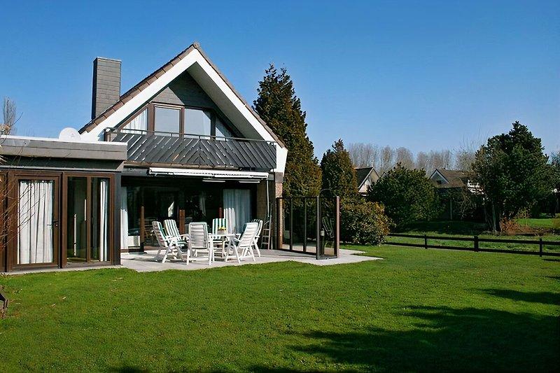 Wiese und Terrasse