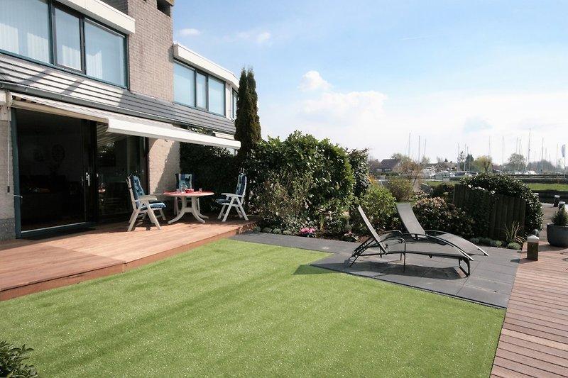Garten mit sonnige Terrasse