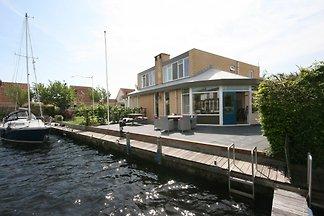 Haus am Wasser mit Bootssteg