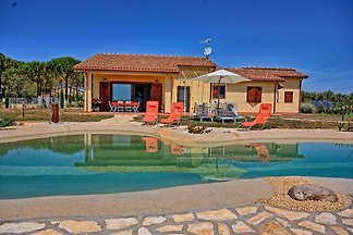 Charming Tuscan Villa for 6 persons with pool near the sea. Large fenced garden plot, parking at the house - sandy beaches Gianella just 18 km