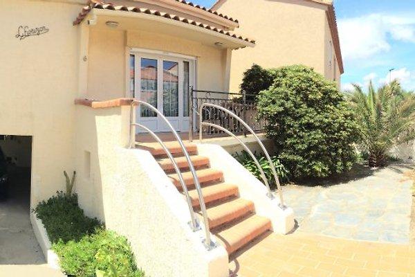 Bella villa in riva al mare in Sainte-Marie-la-Mer - immagine 1