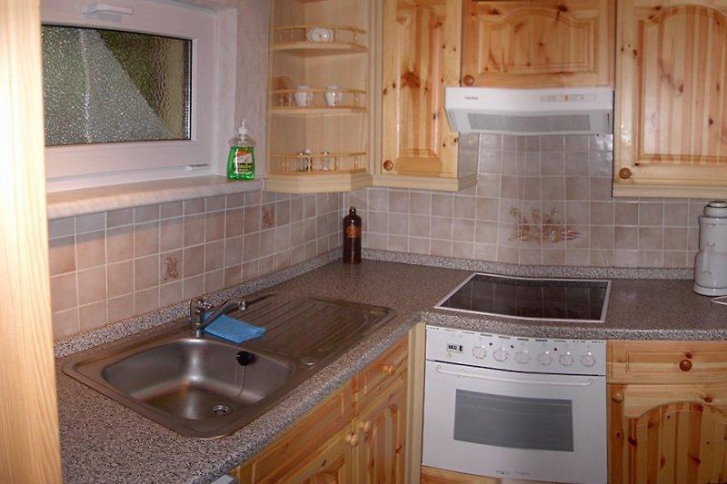 Küche: 4-Platten, Backofen, Kühlschrank, Kaffeemaschine, Toaster, Wasserkocher