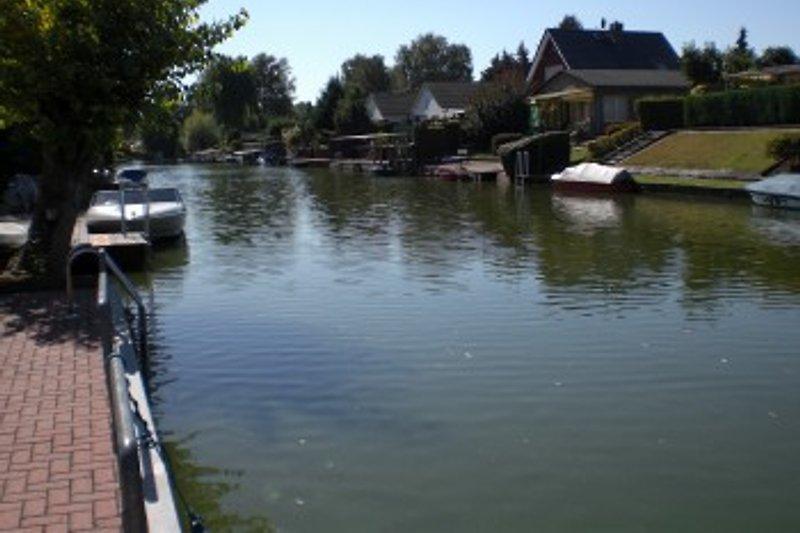 Blick von der Uferterrasse auf den Kanal