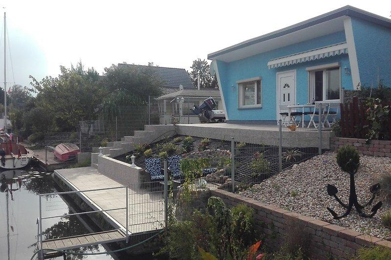 Ferienhaus mit 13 m langem Bootssteg und Uferterrasse