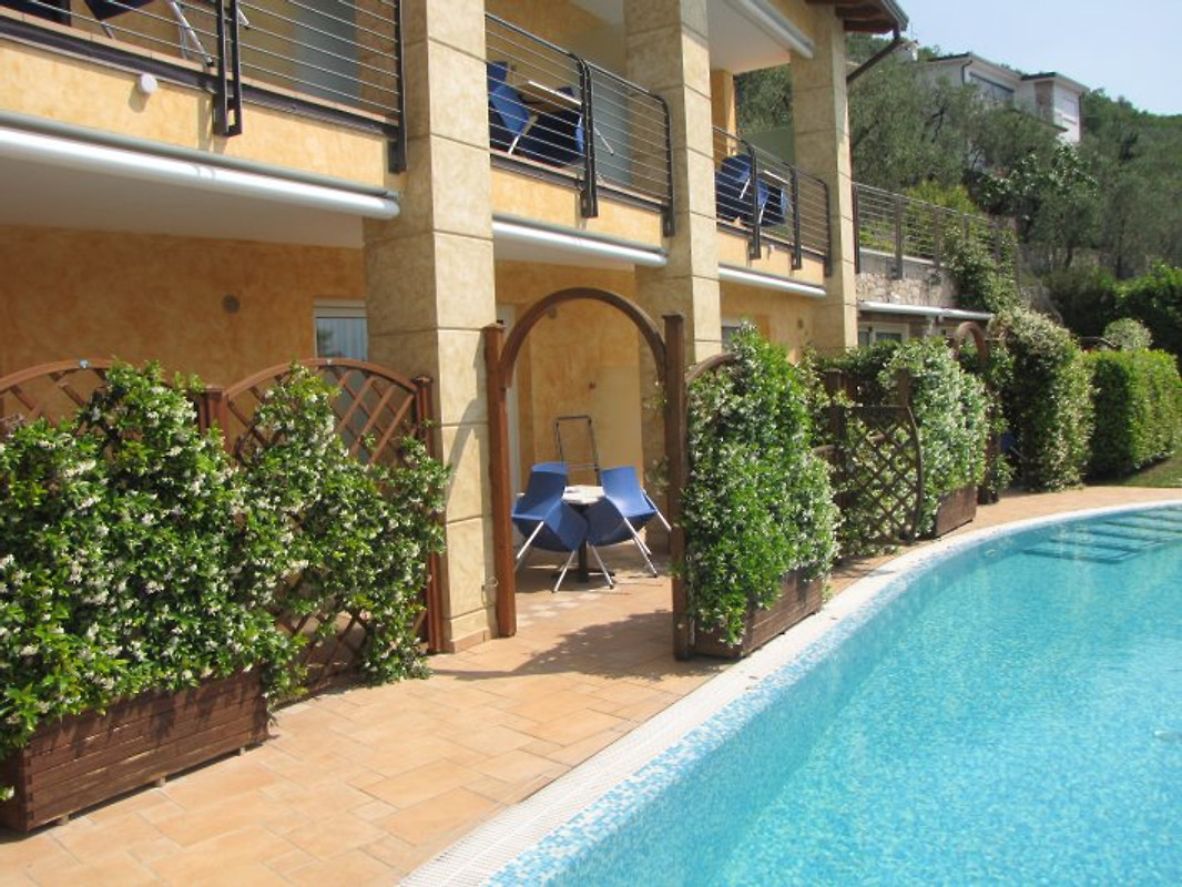 rosmari studio am pool mit terrasse unterkunft in brenzone sul garda mieten. Black Bedroom Furniture Sets. Home Design Ideas