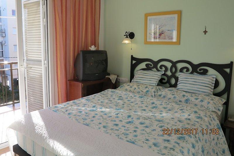 Schlafzimmer mit Doppelbett 150x200