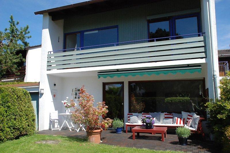 Hausansicht mit Balkon und Terrasse