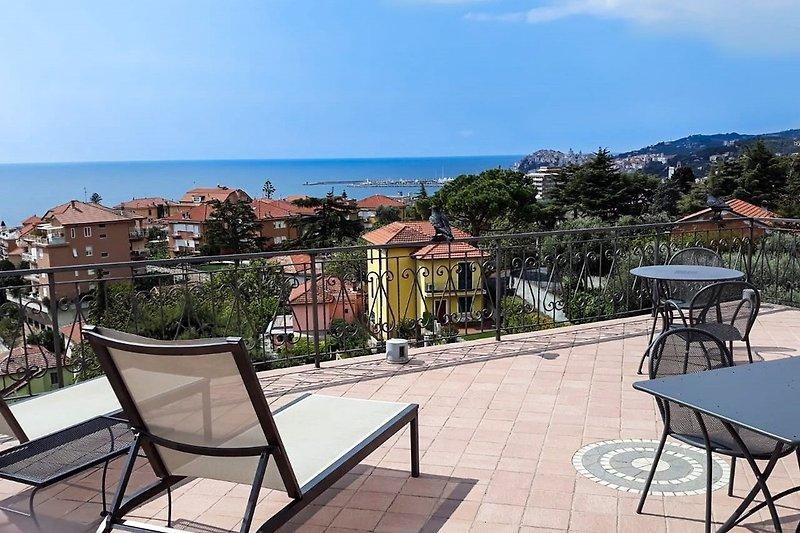 Blick über die Stadt bis zum Hügel nach Porto Maurizio