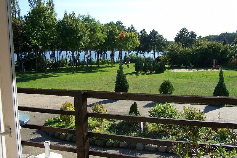 Blick vom Balkon zum See