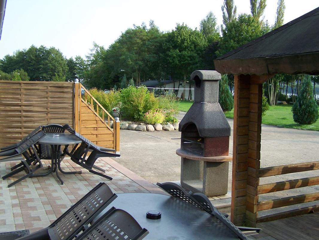 Terrasse mit pavillion und grill