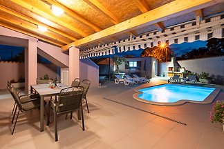 MARY for 4-5 persons with pool