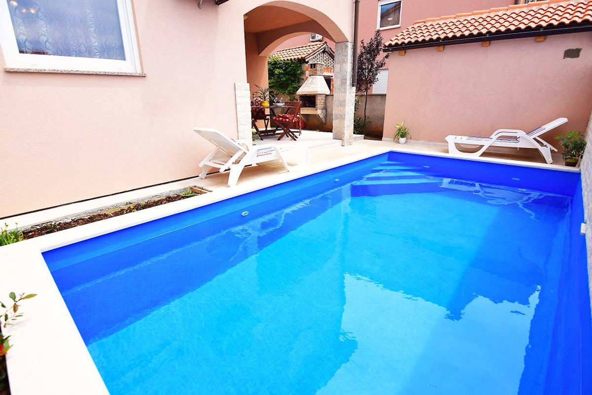Ferienhaus kika fur 8 mit pool ferienhaus in pula mieten for Dusche fur pool