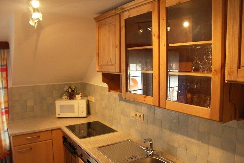 Kleine Küche im 1. Stockwerk mit Geschirrspüler