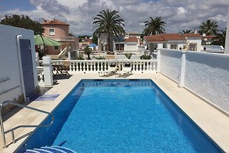 Villa with pool and boat mooring (both private use) in Empuriabrava