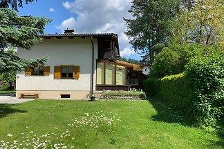 Neu Renoviertes Ferienhaus im Grünen mit Garten abseits der Strasse, sehr ruhig. 2 Schlafzimmer mit Doppelbett. Wohnzimmer, Küche und gedecktem Terrassenraum.