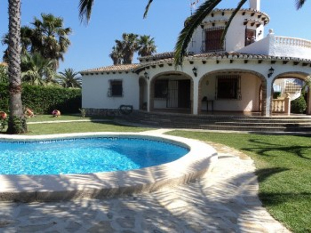 Villa rosa op het strand denia vakantiehuis in denia huren - Houten strand zwembad ...