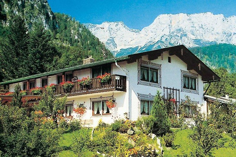 Bild vom Haus mit Untersberg