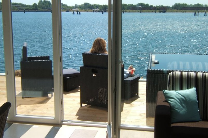Wohnbereich und Sonnenterrasse mit Hafenblick