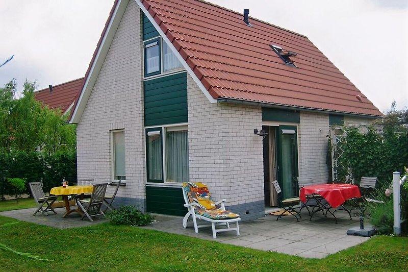 Der Garten mit 2 Terrassen für jeden Sonnenstand