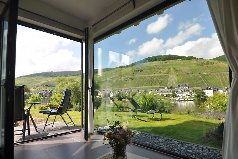 Panoramafenster mit freiem Blick aufs Moselufer