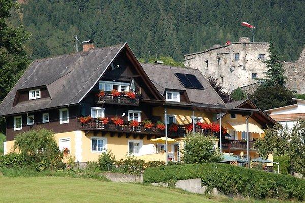 Haus Sommereck im Hintergrund die Burg Sommeregg