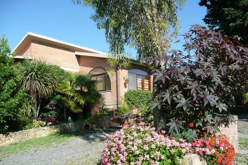 Casa Simonita Hof. Alles ist liebevoll bepflanzt