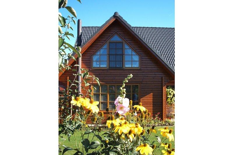 Das große Panoramafenster bietet Ihnen einen Blick in unseren schönen Garten und lässt Sie den Sonnenuntergang genießen.