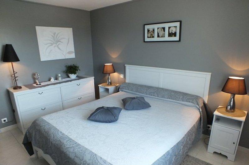 OG: Zimmer mit Bett 1m40; das 2.Zimmer mit 2 Betten 90 cm breit.