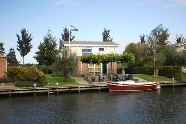 Villa Lisdodde am Wasser.