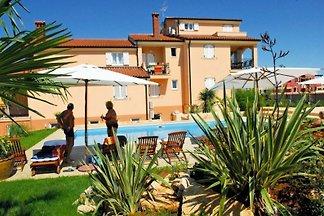 Villa de ensueño con piscina y jardín
