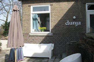Dunja ist ein hübsches und gemütliches Ferienhäuschen. Mitten in den berühmten Tulpenfeldern. Hier finden Sie erholsame Ruhe und Natur pur!