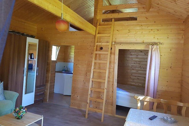 Wohnraum mit Blick in die Küche und den Schlafraum