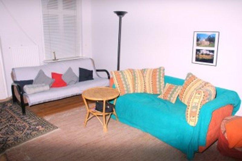 das Wohnzimmer mit weiteren Schlafmoeglichkeiten und Balkon