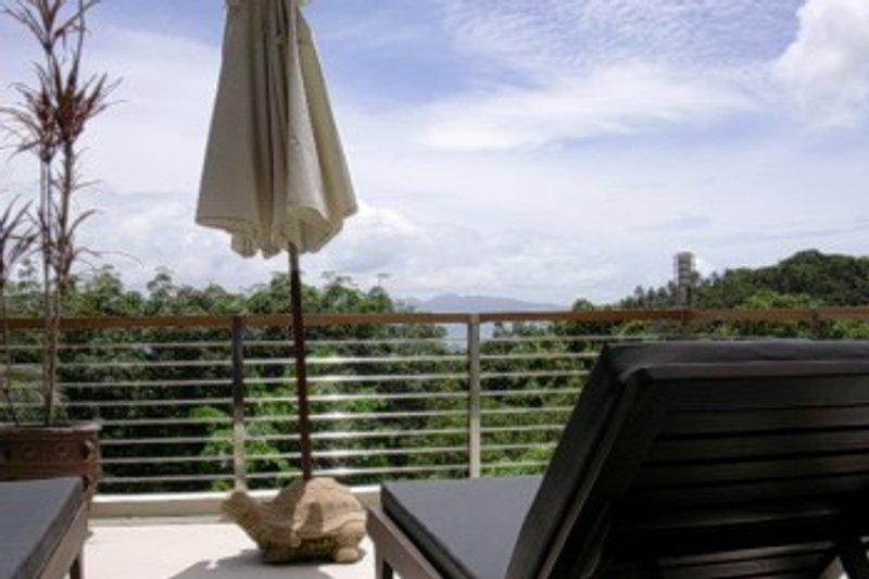 Terrasse mit privatem Pool und Blick zum Meer