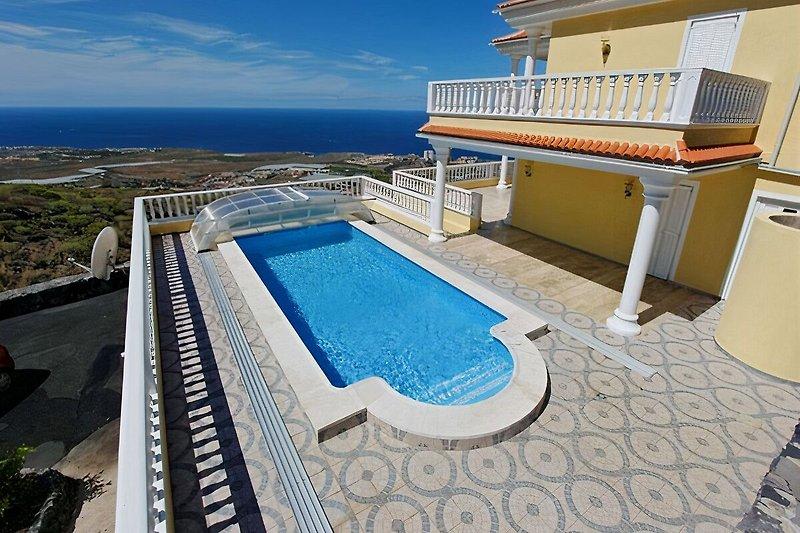 Der Pool hat die Grösse von  ca. 4 x 8 m