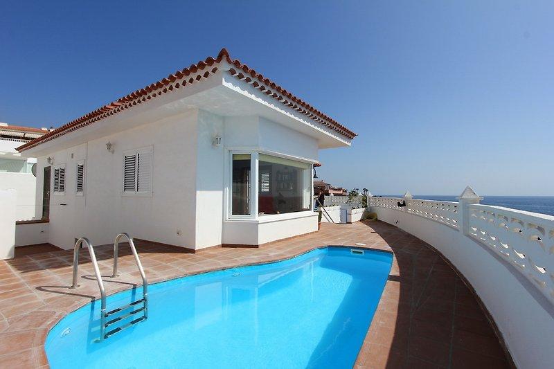 Blick auf das Haus, direkt am Meer gelegen