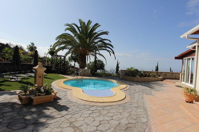 Blick auf das Anwesen und Pool
